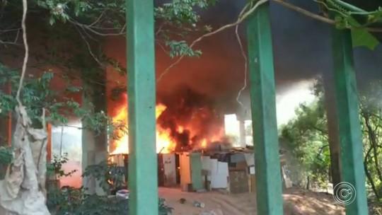 Incêndio embaixo de viaduto destrói barracos em Várzea Paulista