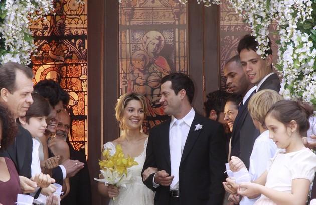 Dafne (Flávia Alessandra) teve um final feliz com Gabriel (Malvino Salvador) em 'Caras & bocas' (Foto: Isac Luz/ TV Globo)