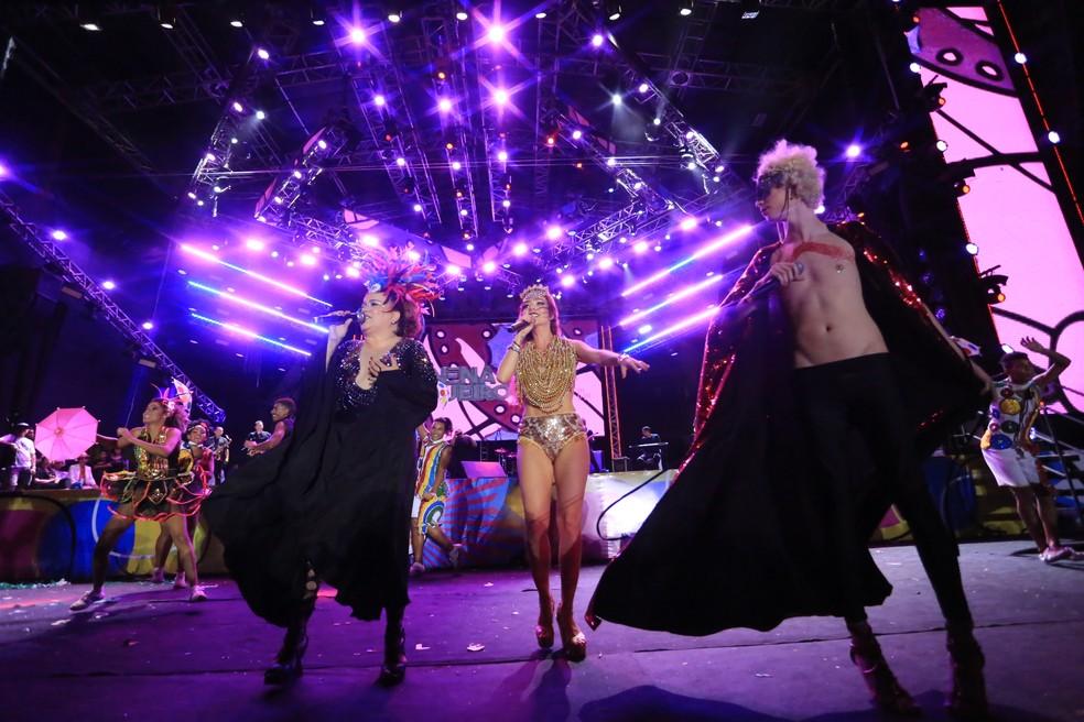 Nena Queiroga recebe Luiza Possi e Ayrton Montarroyos no palco (Foto: Rafael Medeiros/G1)