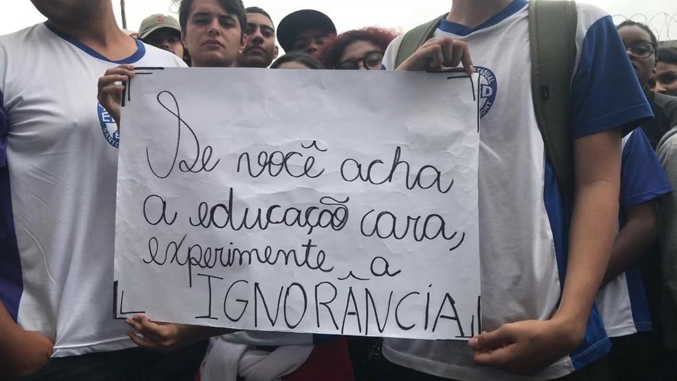 Alunos se manifestam em favor da educação em BH — Foto: Raquel Freitas/G1