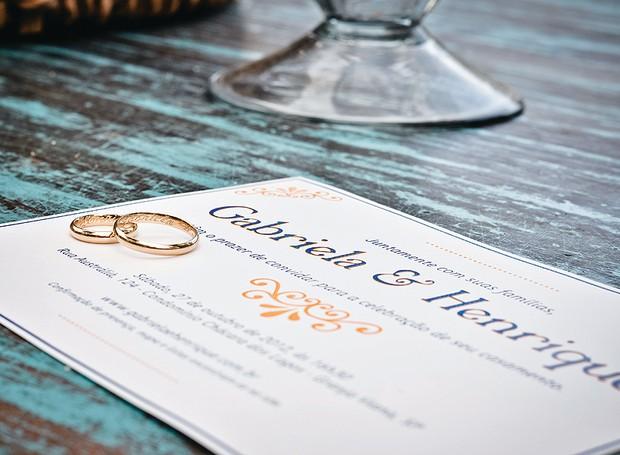 O convite para o grande dia, desenhado pelos noivos, pode fazer parte da decoração da mesa (Foto: Tati Abreu/Editora Globo)