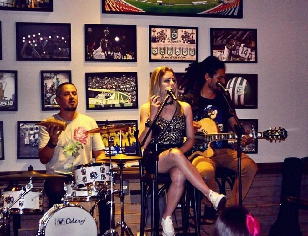 Ela também tem um trio com o qual faz shows  (Foto: Arquivo pessoal)