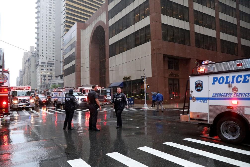 Policiais e bombeiros atendem a chamado sobre acidente com helicóptero em Nova York — Foto: Brendan McDermid/Reuters