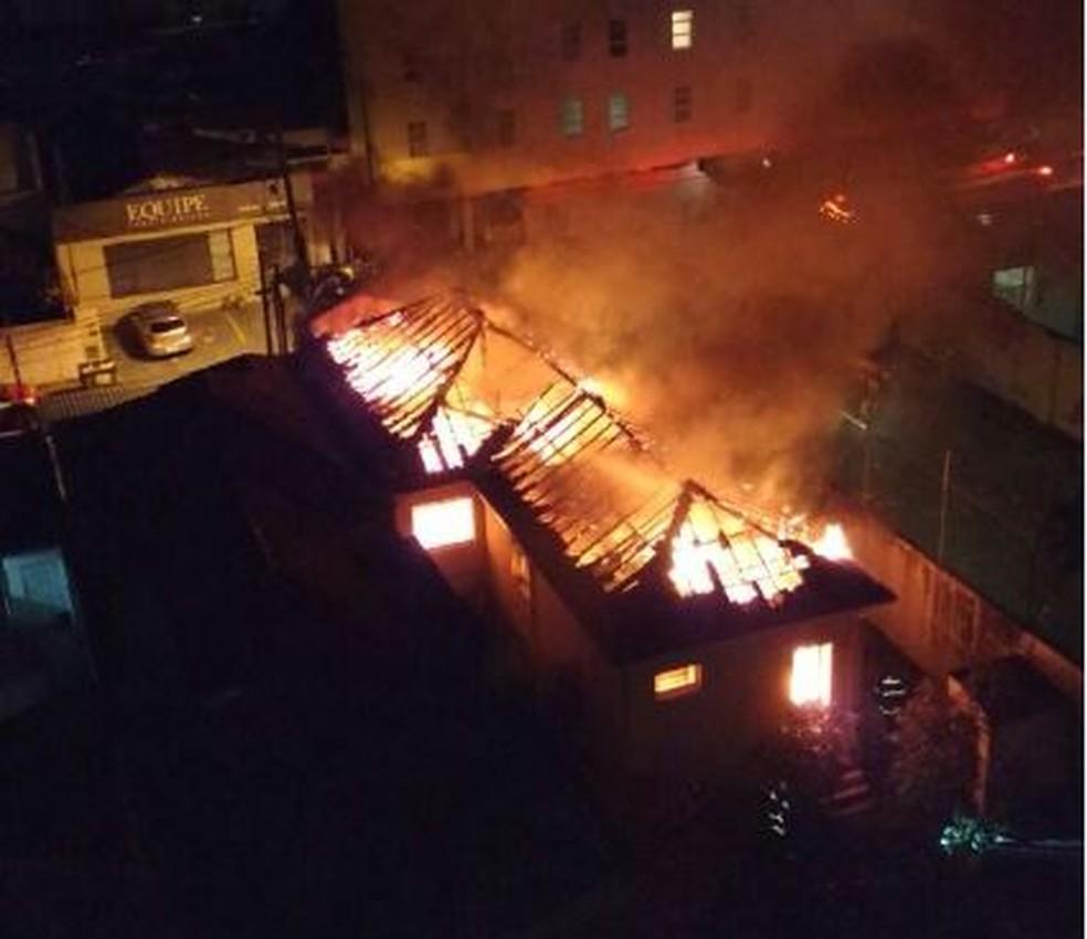 Fogo destruiu casa no Cambuí de madrugada (Foto: Reprodução/EPTV)