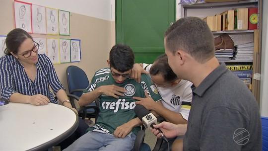 Estudante com deficiência grava vídeo e ganha camisa autografada do Palmeiras