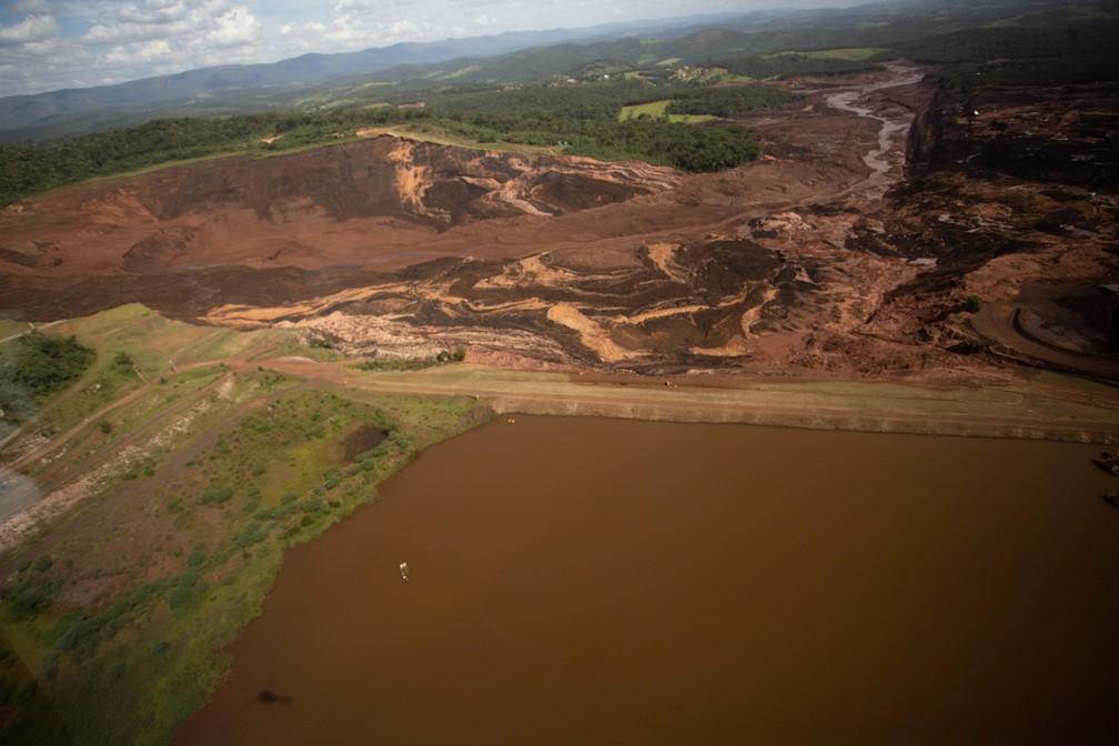 Vista aérea mostra consequências do rompimento da barragem — Foto: Moisés Silva/ O Tempo/ Estadão Conteúdo