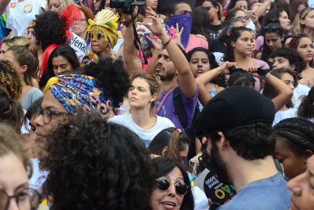 Laura Neiva com manifestantes contra Jair Bolsonaro (Foto: Webert Belício/AgNews)