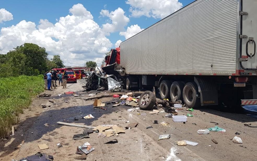 Caminhão bate contra caminhonete na BR-153, em Porangatu — Foto: Reprodução/TV Anhanguera