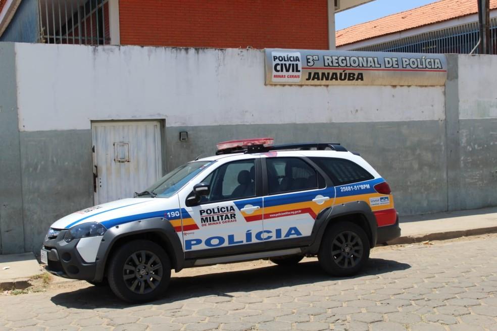 PM levou o homem para delegacia de Janaúba — Foto: Polícia Militar/Divulgação