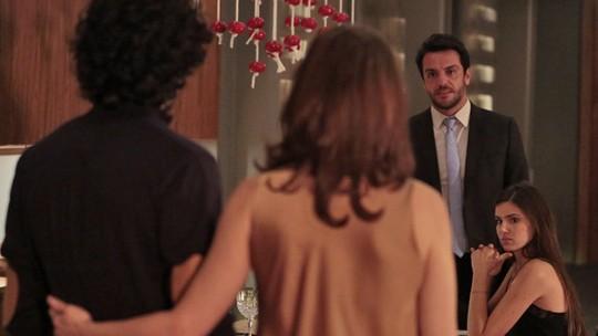 Alex humilha Carolina na frente de Angel