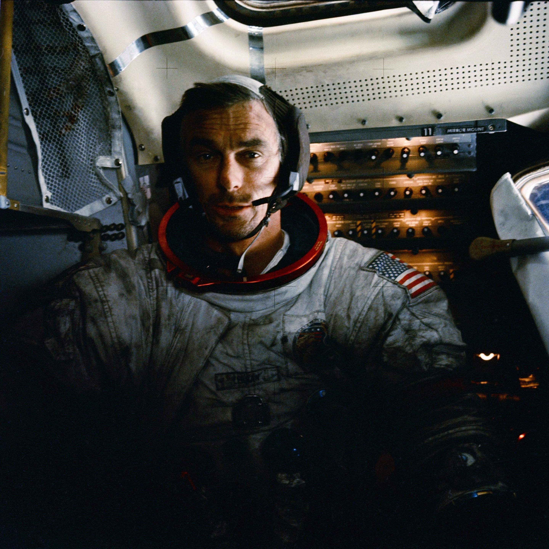 Astronauta comandante da Missão Apollo 17, Eugene Cernan, coberto de poeira após seu passeio pela Lua (Foto: NASA)