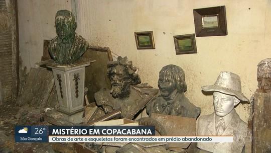 Acervo artístico e até ossada são achados em prédio abandonado