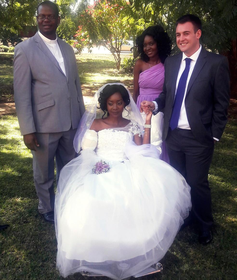 Zenele Ndlovu e Jamie Fox posam de mãos dadas no dia de seu casamento, em Bulawayo, no Zimbábue, no sábado (5) (Foto: AP Photo)