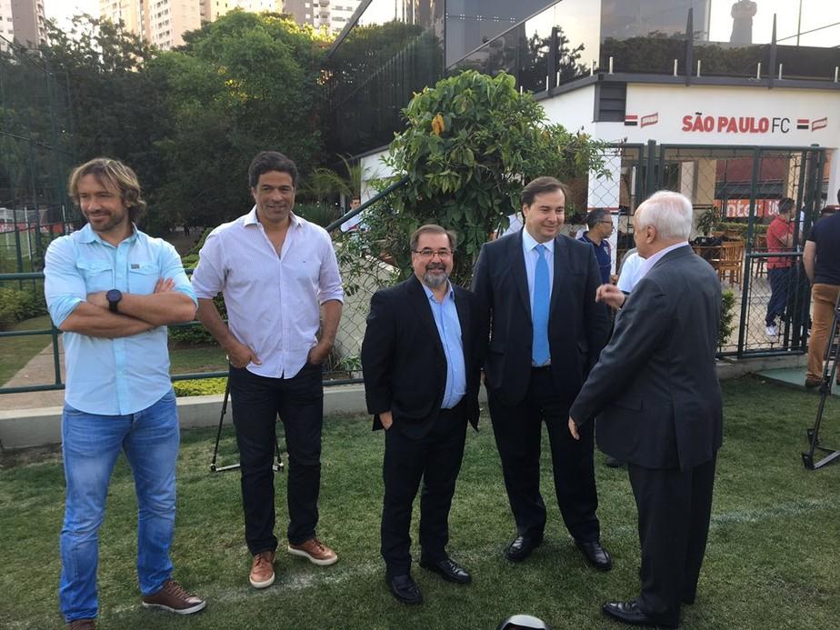 A convite do São Paulo, Rodrigo Maia visita o CT da Barra Funda