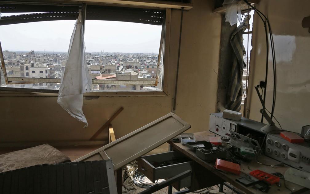 Uma sala com equipamentos eletrônicos é vista na cidade de Duma, na Síria, na terça-feira (17) (Foto: Stringer/AP)