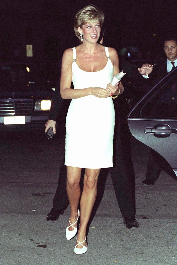 MODENA, ITALY - SEPTEMBER 12:  Princess Diana Attending A Concert In Italy In Aid Of Bosnian Children.  The Princess Is Wearing A Short White Dress And White Shoes.  (Photo by Tim Graham Photo Library via Getty Images) (Foto: Tim Graham Photo Library via Get)
