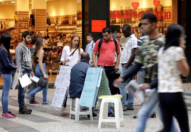 Brasileiros olham anúncios de emprego em rua no centro de São Paulo ; desemprego ; desempregado ;  (Foto: Paulo Whitaker/Reuters)