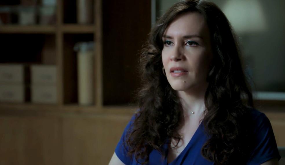 Em 'A Força do Querer', Mira (Maria Clara Spinelli) conta o que sabe sobre Irene (Débora Falabella) a Dantas (Edson Celulari) — Foto: Globo