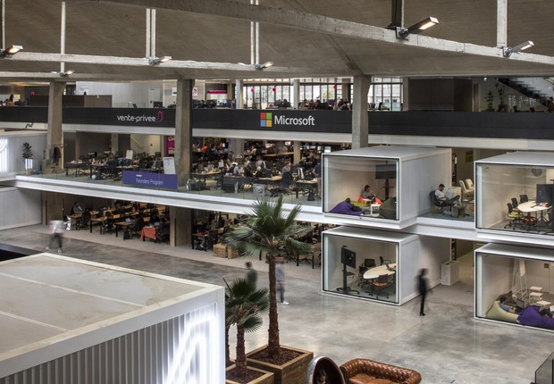 Uma das áreas da Station F, que totaliza 34 mil metros quadrados de espaço para startups em Paris (Foto: Patrick Tourneboeuf)