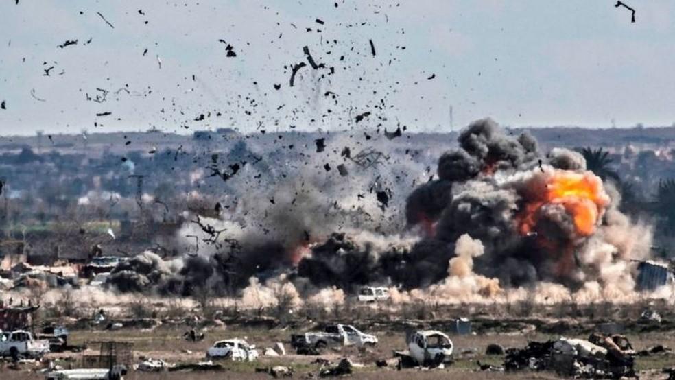 Em 2019, o Estado Islâmico viu seu domínio reduzido a uma pequena faixa de terra em Baghouz, na Síria — Foto: Getty Images via BBC