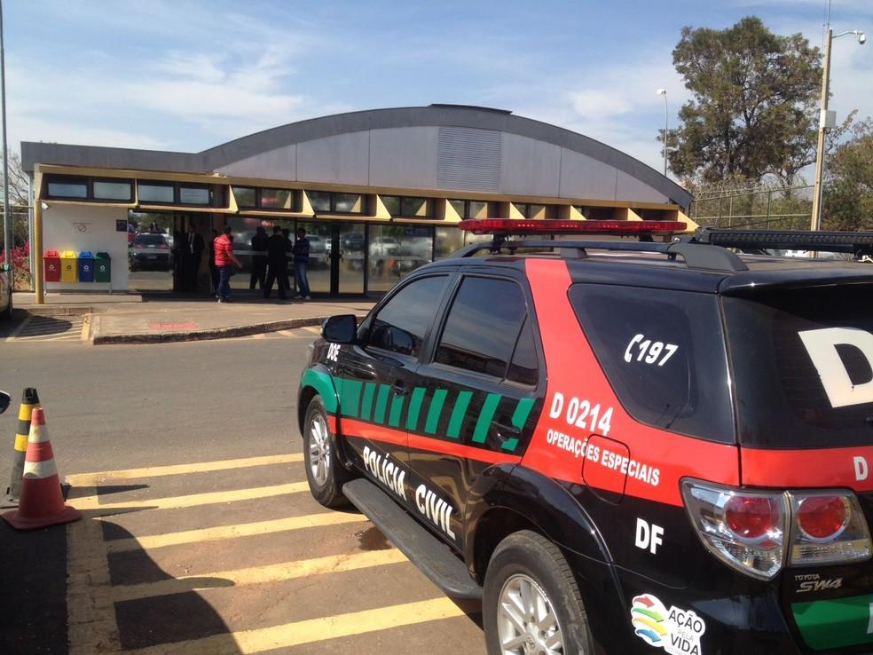 Carro de operações especiais da Polícia Civil do DF em frente ao Cespe, um dos alvos da operação Panoptes (Foto: Bianca Marinho/G1)
