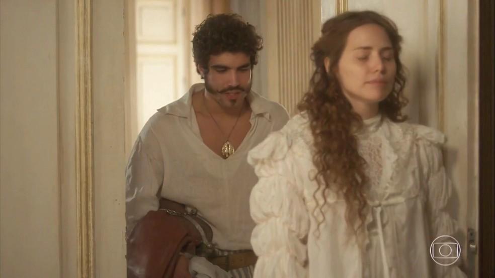 Leopoldina (Letícia Colin) sente o quão distante está Dom Pedro (Caio Castro) e teme por isso, em 'Novo Mundo' — Foto: TV Globo