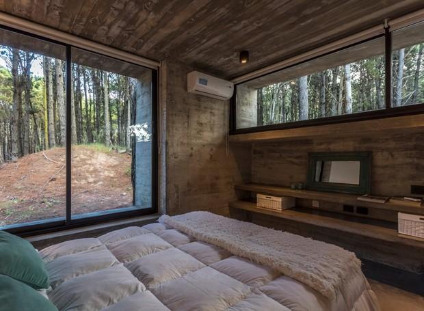 As almofadas, a colcha e a cama trazem o conforto para dentro de casa (Foto: Federico Kulekdjian)