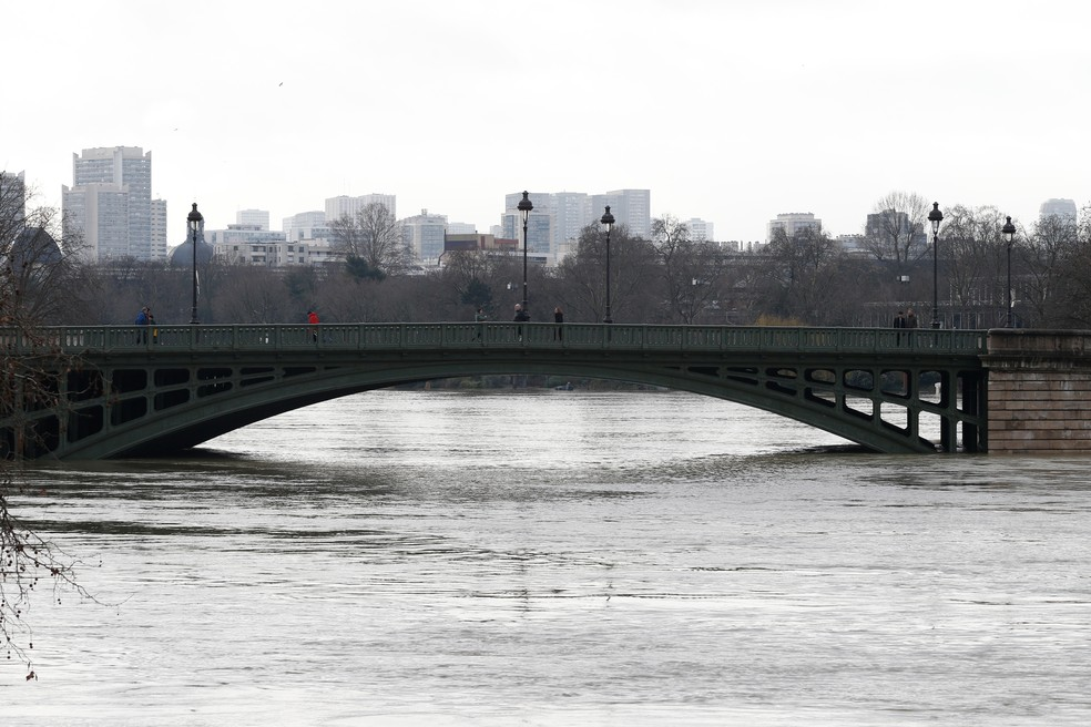 Paris está em alerta pela cheia do Rio Sena. (Foto: Geoffroy Van Der Hasselt/AFP)