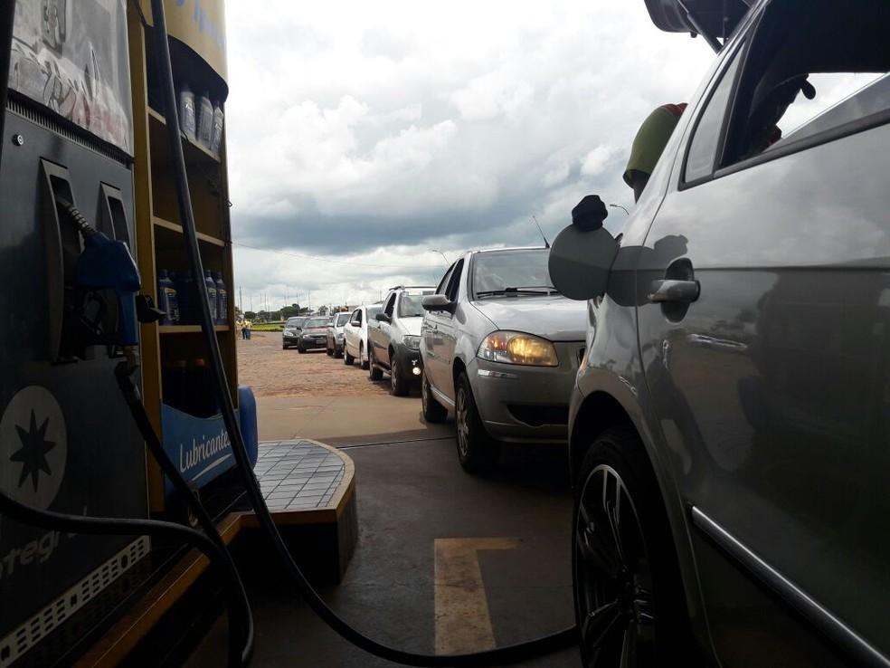 Gasolina a R$ 2,65 atraiu brasileiros que decidiram montar comboio para abastecer no Paraguai (Foto: Carlos da Cruz/TV Morena)