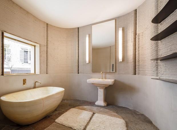 Um banheiro espaçoso faz parte dos 100m² da casa (Foto: Deezen/ Reprodução)