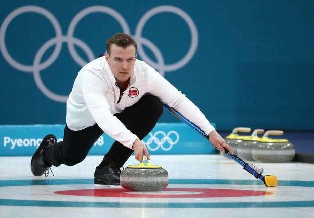 Atleta da Noruega em competição de curling em PyeongChang. Um dos membros do time é responsável por lançar as pedras rumo às marcas na pista (Foto: Divulgação/PyeongChang 2018)