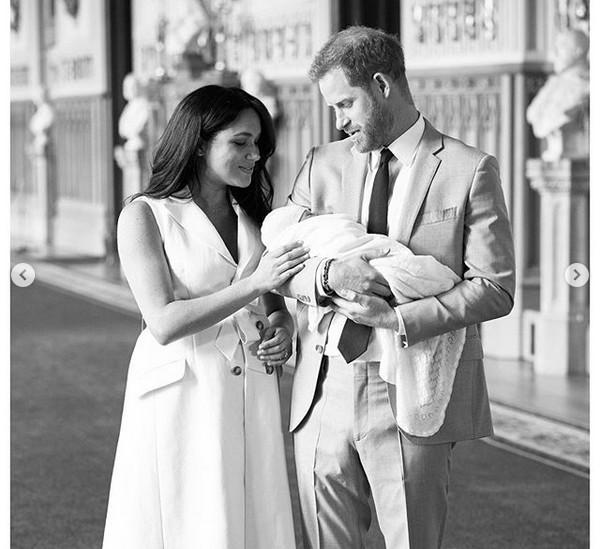 Meghan Markle e o Príncipe Harry com o filho, Archie Harrison Mountbatten-Windsor (Foto: Instagram)