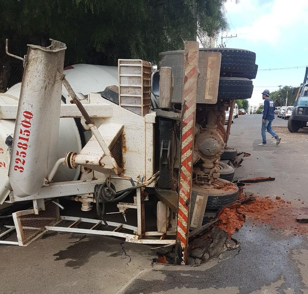 Buraco se formou em rua após asfalto ceder e caminhão tombar em Rio Preto (SP) (Foto: Arquivo Pessoal)