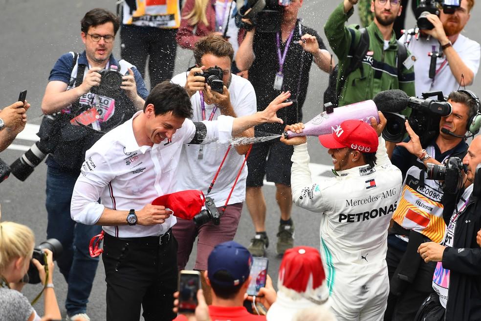 Hamilton dá banhou de champanhe em Wolff após corrida em Mônaco — Foto: Getty Images