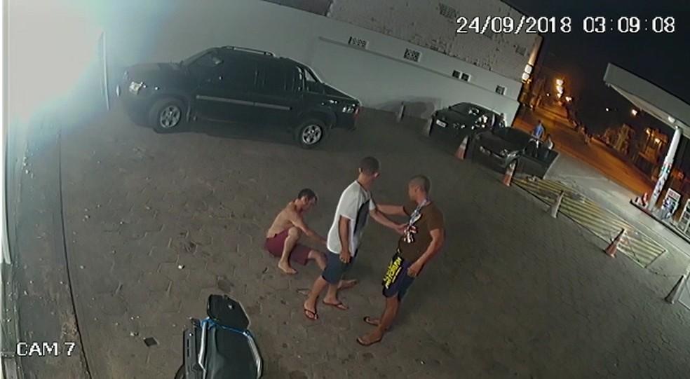 Homem tenta separar a briga entre o servidor e o policial — Foto: Reprodução/Divulgação