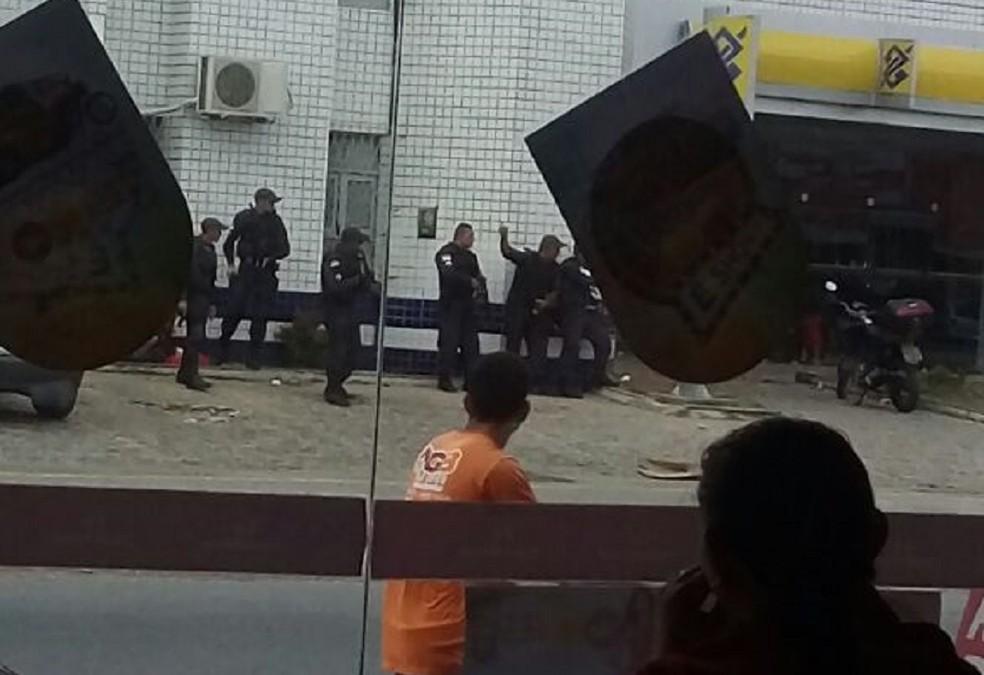 Polícia cerca banco onde gerente teria sido feito refém, na Zona Norte de Natal (Foto: Divulgação/ PM)