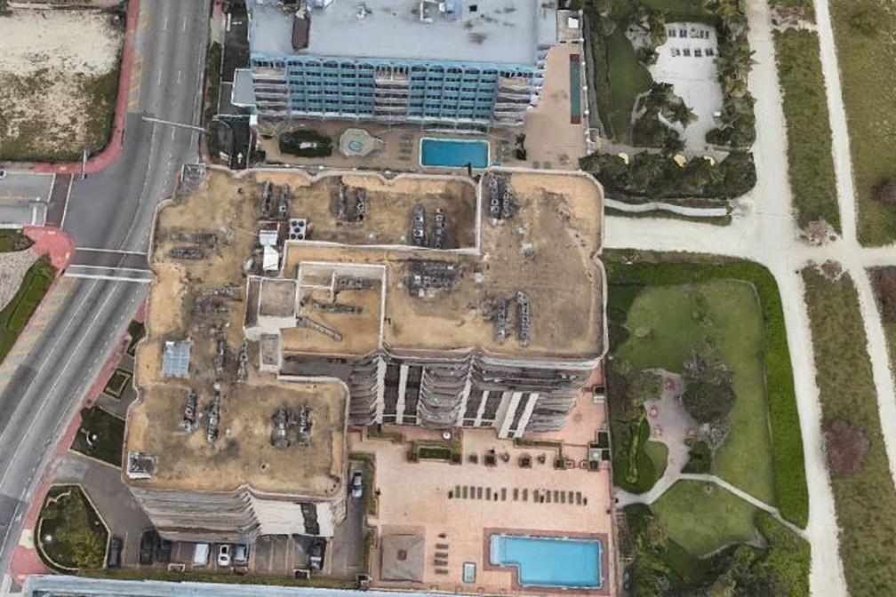 Vista aérea do prédio de 12 andares que desabou em Miami Beach, antes do desabamento — Foto: Google Earth