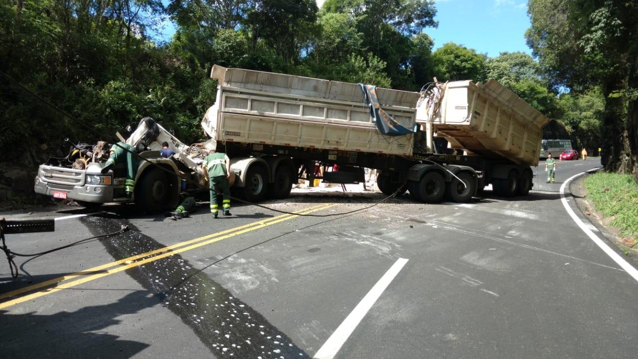 Caminhão tomba e fica completamente destruído na BR-277, em Candói