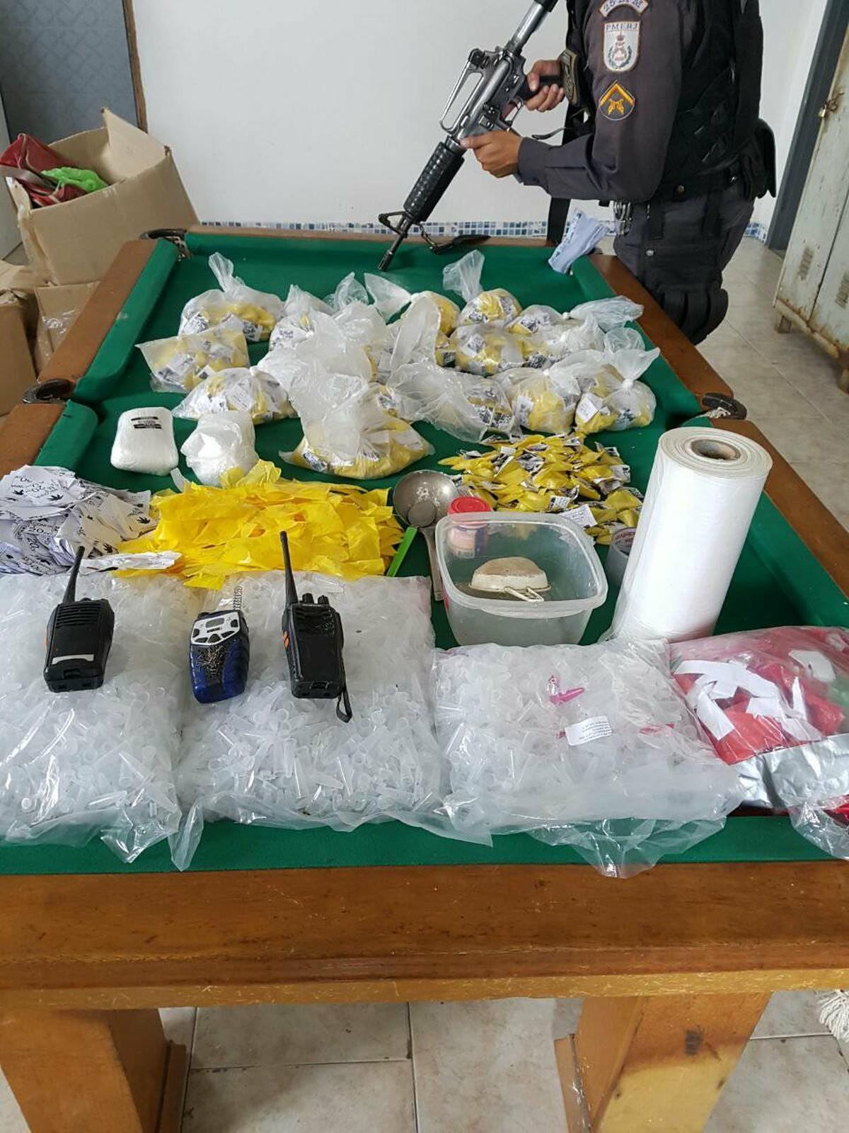 Polícia Militar apreende cocaína e rádios transmissores em Araruama, no RJ