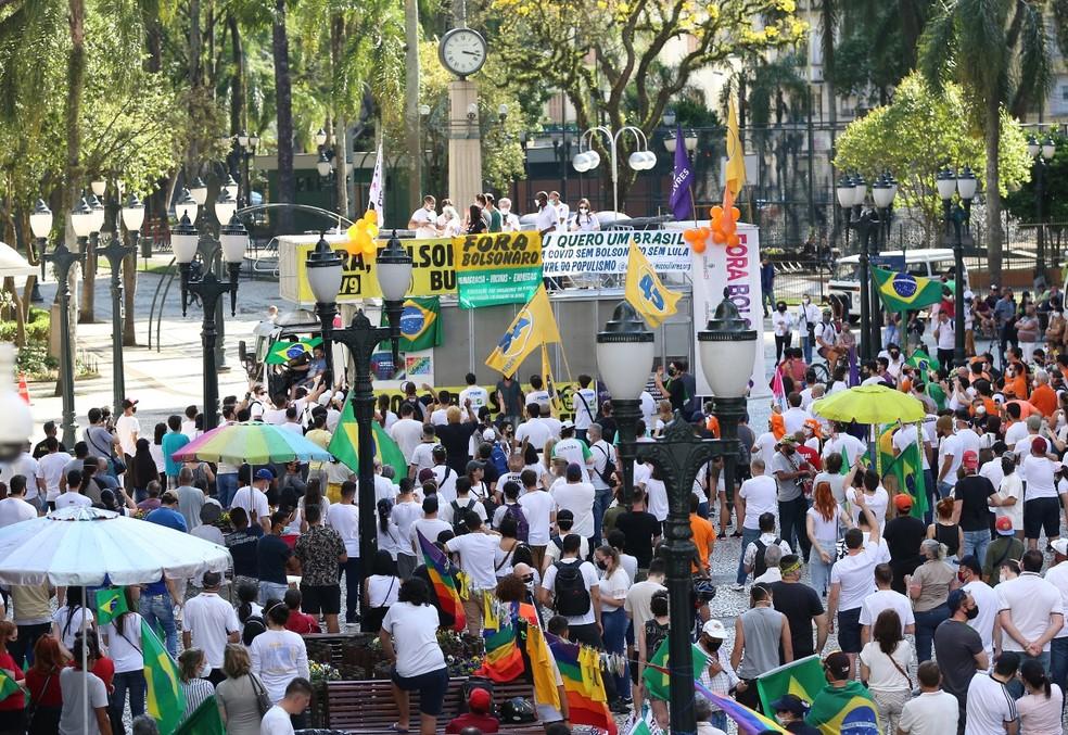 Manifestantes protestam contra Bolsonaro, em Curitiba, neste domingo (12) — Foto: Giuliano Gomes/PRPress