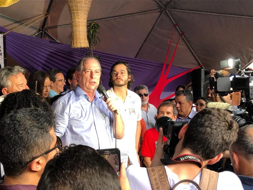 O candidato do PDT à Presidência, Ciro Gomes, conversou com militantes em visita ao Recife neste domingo (23) — Foto: Allan Nascimento/G1
