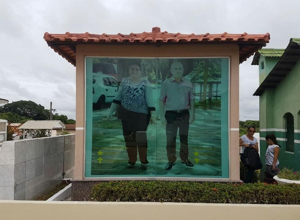 Foto de casal tem quase dois metros e chama a atenção em cemitérios de Cruzerio do Sul  (Foto: Anny Barbosa/G1)