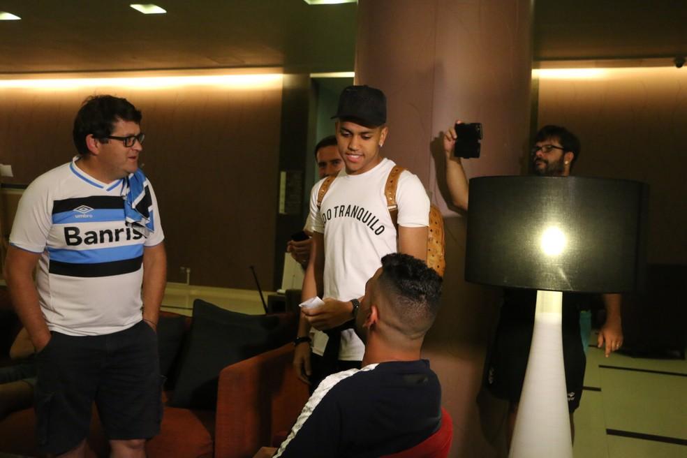 Pedro Rocha com Maicon em hotel do Grêmio nos Emirados Árabes  (Foto: Eduardo Moura)