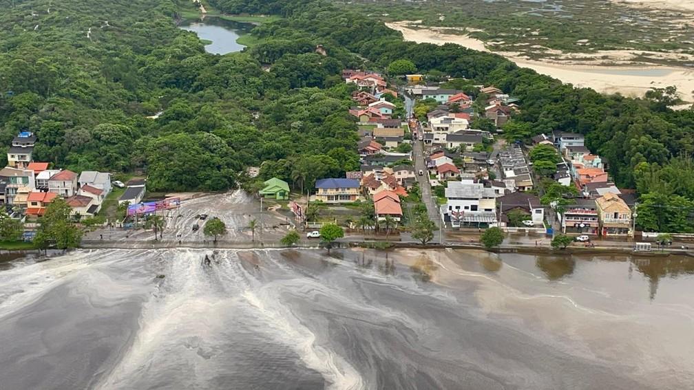 Imagem aérea mostra casas alagadas na Lagoa da Conceição em Florianópolis — Foto: Corpo de Bombeiros de Florianópolis/Divulgação
