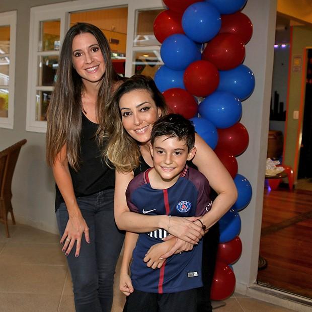 Krizia e Tainá com o aniversariante, Záion  (Foto: Thiago Duran/AgNews)