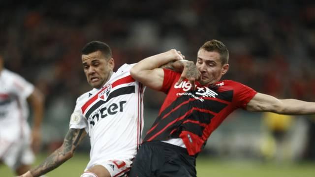 Daniel Alves e Marco Ruben na partida desta quarta
