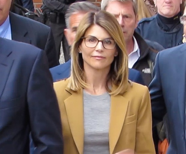 Lori Loughlin na saída do tribunal, em Boston (Foto: Backgrid)