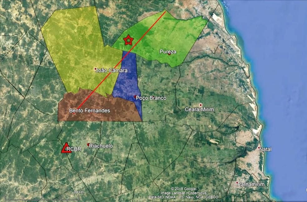Mapa de localização epicentral. O epicentro está simbolizado pela estrela vermelha. O triângulo vermelho indica o local da estação de Riachuelo (RCBR). A linha vermelha indica o traço da Falha de Samambaia. As áreas dos municípios relacionados a essa falha estão em destaque — Foto:  LabSis/UFRN