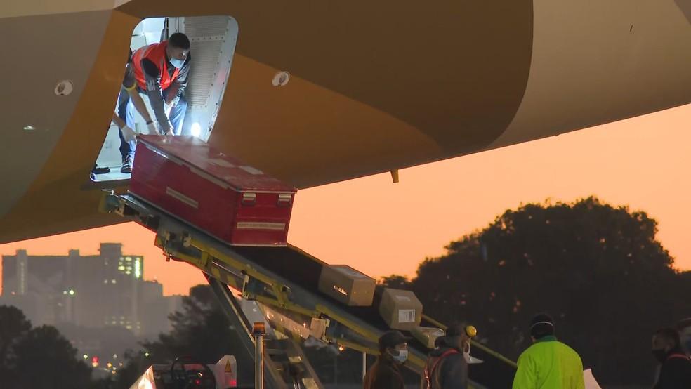 Carga de 10 toneladas de materiais de saúde doados pelos Emirados Árabes chega em Brasília — Foto: TV Globo/Reprodução