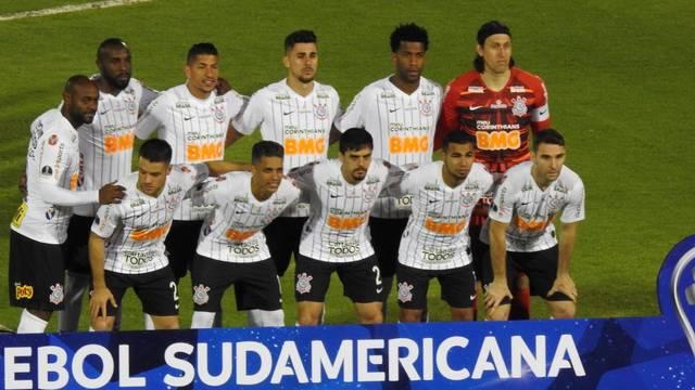 Time do Corinthians posa para foto antes do jogo com o Independiente del Valle em Quito